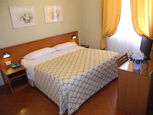 Hotel corona rome compar dans 4 agences for Comparateur hotel italie